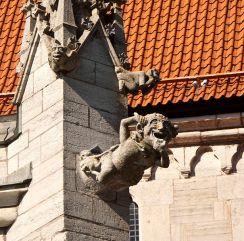 605px-Visby_katedral.S.vattenkastare